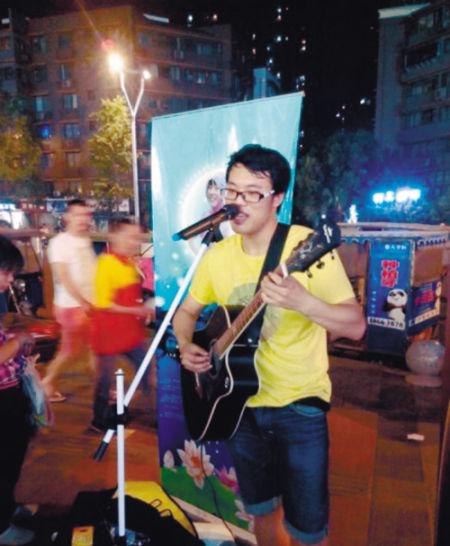 """小杨在成都街头弹吉他演唱为""""微笑姑娘""""写的歌"""