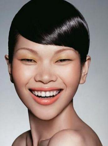眼睛超级小的中学女生,皮肤略黑,瓜子脸,脸小,嘴角有痣,头发自然卷,很图片