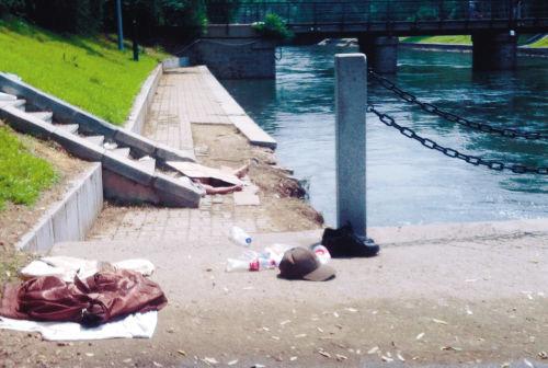 老人的衣帽以及捡来的饮料瓶还在河边 沈阳晚报、沈阳网摄影记者 沈生