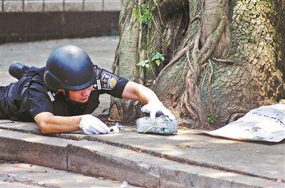 """警察徒手拆解""""炸弹"""""""