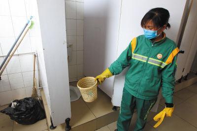 环卫大姐在清理公厕时,发现一个纸篓里竟然有个弃婴