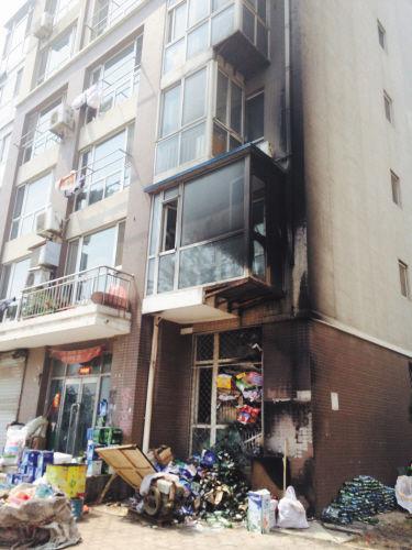 一楼废品收购站起火,楼体被熏黑。