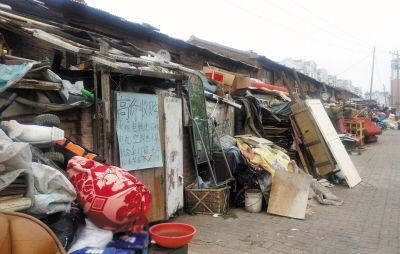 废品收购站门口堆放的大量废品,给周围居民区带来安全隐患