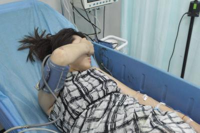 ▲血流不止的小宁被好心人护送到了医院接受救治。