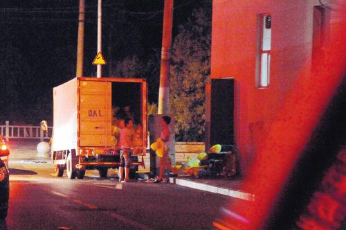无标识的车在夜里运走了医疗垃圾