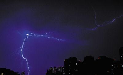 闪电诡异且美丽地在城市夜空中绽放。晚报摄手 兵歌摄