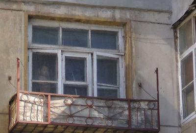 淘气的小男孩一丝不挂,站在3楼的窗台上张望。