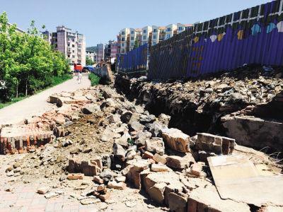 大半路面被倒塌的围墙占据。
