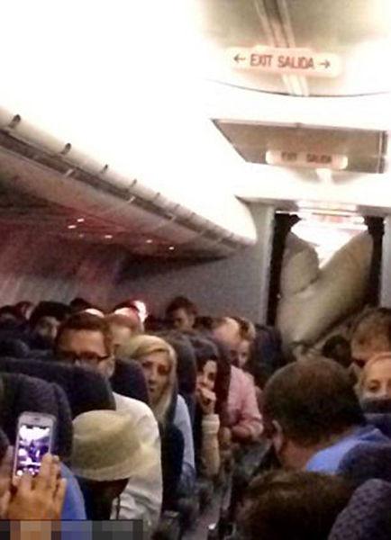 机上乘客惊慌。