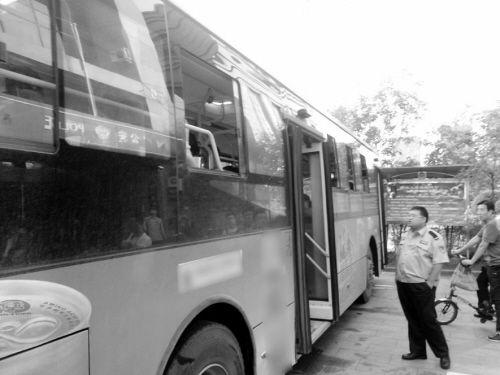 目击者称老人咄咄逼人,在母女将座位让给他后,仍大骂并挥伞打母女,引发乘客不满
