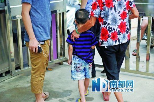 小然在家长陪同下和警察一起去做伤情法医鉴定。南都记者 梁炜培 摄