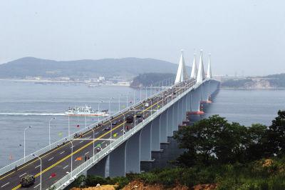 长山大桥通车首日,桥上通车,桥下行船,呈现一个立体交通的壮观景象。
