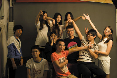 田宇驰(中排右三)和微电影演员合影。
