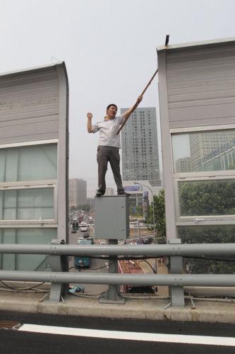 站在电缆箱上手舞足蹈,瞅着真危险。