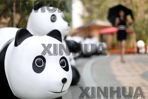 """百只""""熊猫""""空降沈阳 萌态百出宣扬环保"""