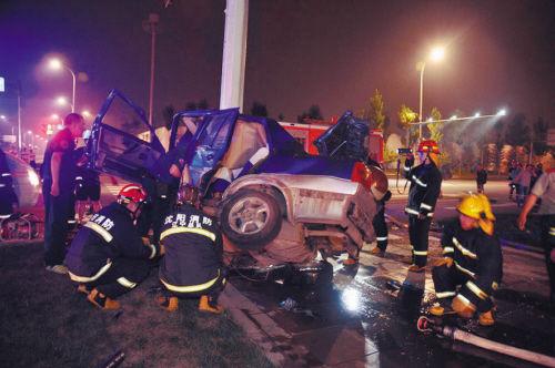 事发全运村附近,目击者称别克轿车突然左转,两车相撞时出租车司机打轮致车失控