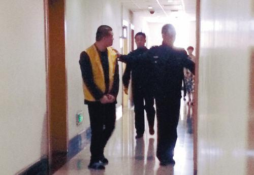 被告人出庭受审