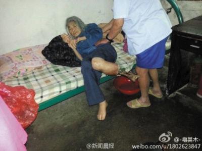 九旬老人躺在床上。选自《新闻晨报》