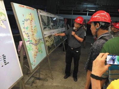 工作人员给大家讲解地铁施工进展。