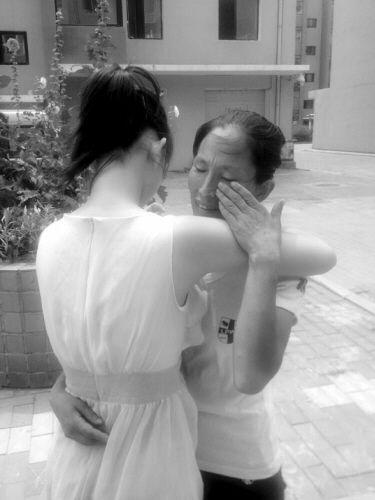 小王与姑姑抱头痛哭