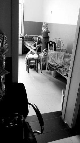 死者的遗像放在病房内