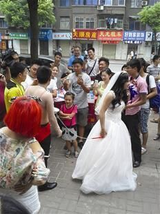新郎系狗链 新娘牵沿街乞讨