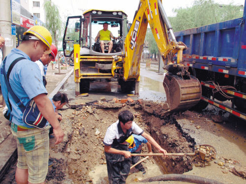 水务集团工作人员抢修自来水管线