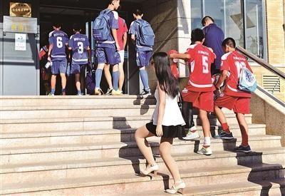 对外经贸大学一栋女生宿舍楼住进了约600名男中学生