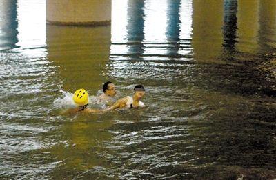 被父亲指责后,女孩跳进江中,后被救起。消防供图
