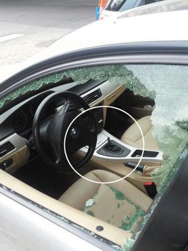 宝马车玻璃被砸碎,挂挡杆被拔走.-窃贼砸碎车玻璃后没收获 搞波坏