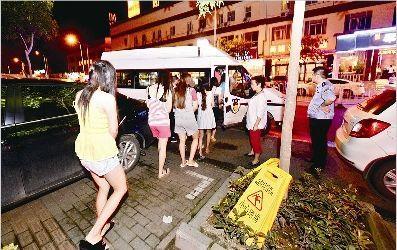 图为:7月18日,卓刀泉一酒店涉嫌卖淫女子被警方带走调查