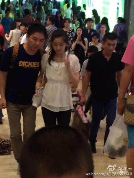 奶茶妹妹与刘强东亲密逛街。