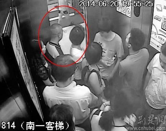民警从商场电梯的监控中排查出变态男子李某