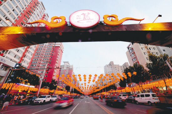 沈阳日报讯(记者 张文魁 摄)7月27日,位于皇姑区黄浦江街上的东北簋街开街,集结了100多家餐饮特色店。   兴起于1995年的北京东直门簋街,如今已是外地游客必去之地和夜食客的天堂。东北簋街的目标是成为沈阳饮食文化和夜经济的一个品牌。