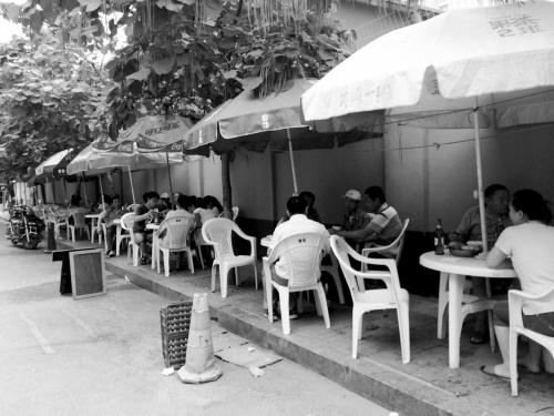 饭店桌椅侵占行人走道。
