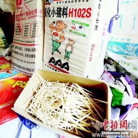 大量用饲料袋包装的方便筷。