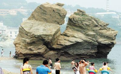 """""""骆驼石""""的驼峰处裂缝"""