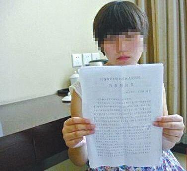 房云云向记者展示判决书,上面没有提到她自称的两起盗窃案,这让她很困惑。