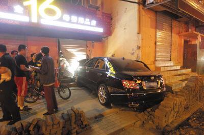 肇事车飞过方砖撞上店门。