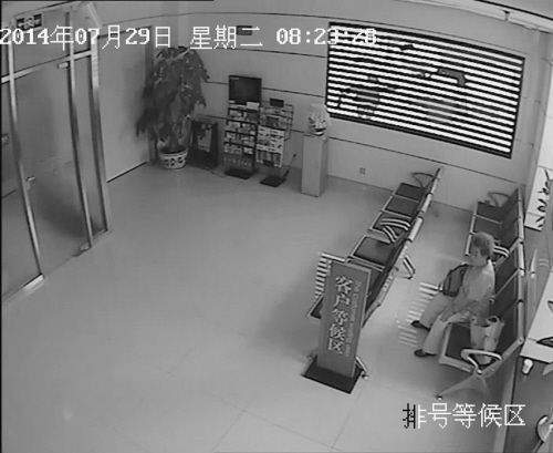 老人等待银行开门办理业务