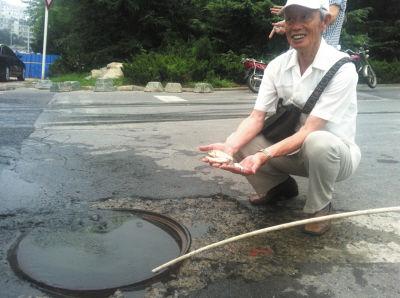 一位老人在井边捡到了活鱼,非常高兴,说想带回家养。