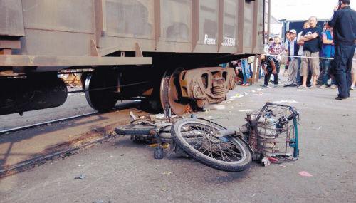 大东区东贸路铁道口,骑电动车的男子与火车抢道被卷入轮下
