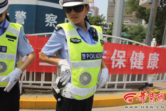 陕西交警穿价值3000元带风扇反光背心