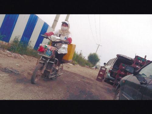 有人骑着电动车来批发