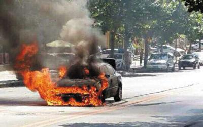 这辆黑色轿车自燃现场浓烟滚滚