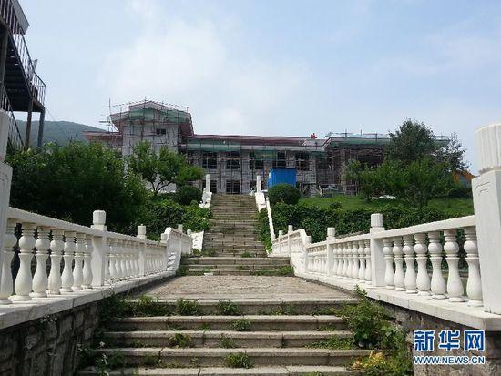 这是吉林省财政厅松花湖培训基地正在建设的会议中心(7月19日摄