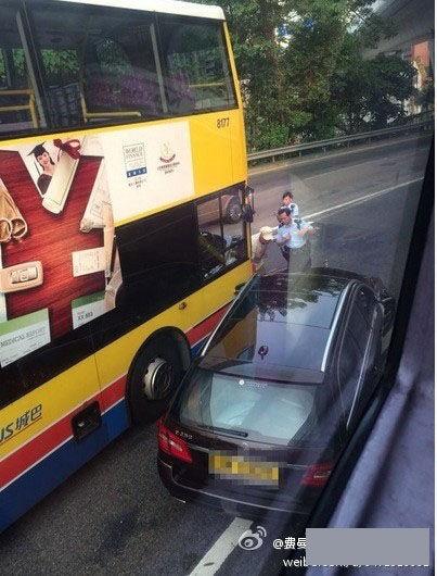 吴镇宇的奔驰房车与巴士相撞
