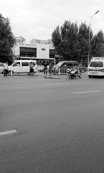男子被撞出40多米后趴在马路上