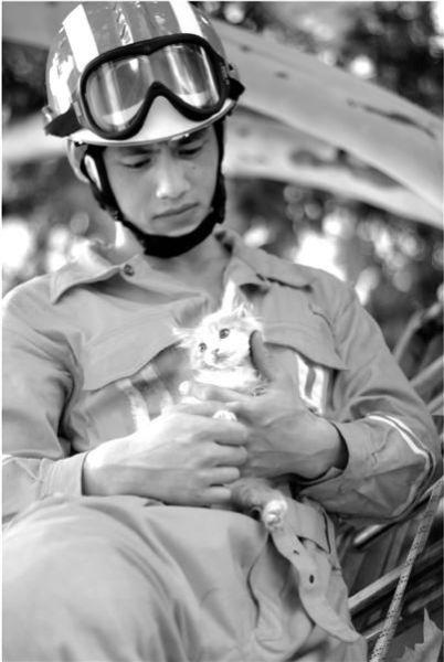 他小心翼翼地将小猫咪救了下来