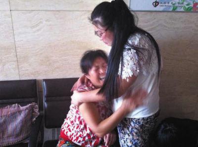 于舰的母亲和姐姐抱在一起痛哭。